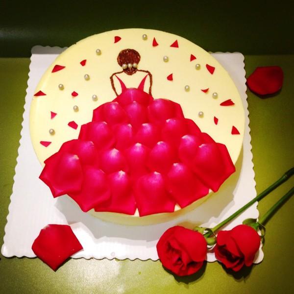 生日蛋糕,礼物,一个玫瑰花连在一起是什么意思
