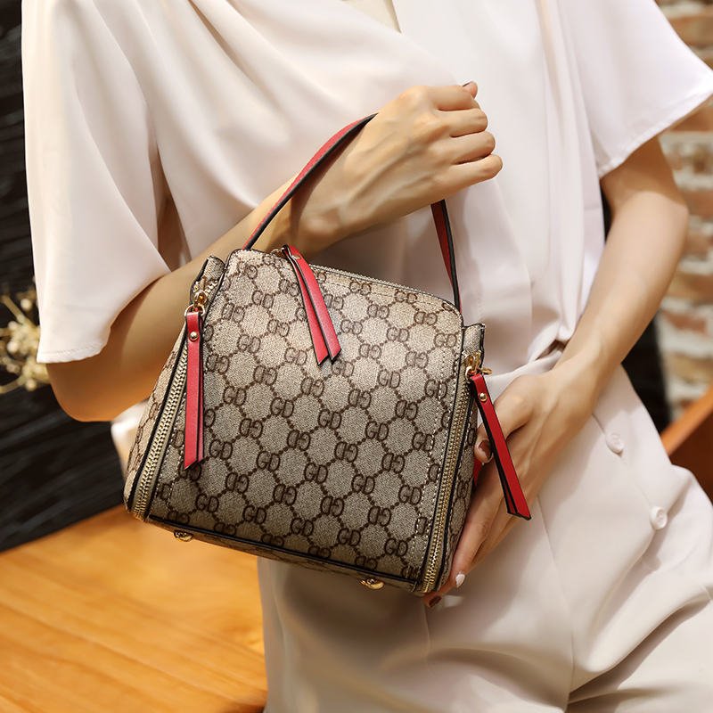 Hong Kong purchasing 2019 new French leather handbags small small ck foreign gas limited wild slanting net red bucket