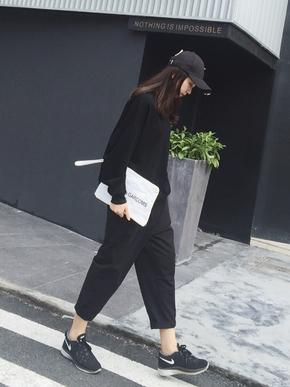 很宽松的一款休闲裤,松松垮垮的非常时尚,搭配卫衣T恤都很潮小脚的设计更是潮到不行