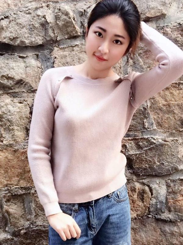 #买家秀#粉色很好看,显白,装饰的钉珠是很牢固的那种,发货好快,毛衣里面都没有多余的线头,做工真的很好,特别好搭衣服