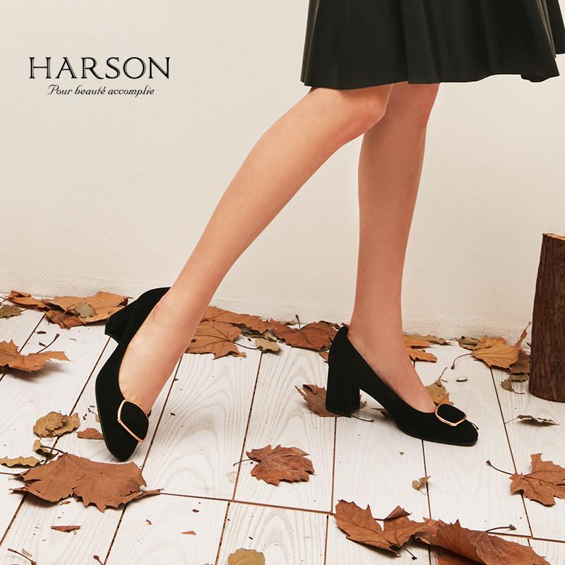 哈森 2018秋季新品纯色羊反绒金属装饰粗跟中跟浅口单鞋HL86508