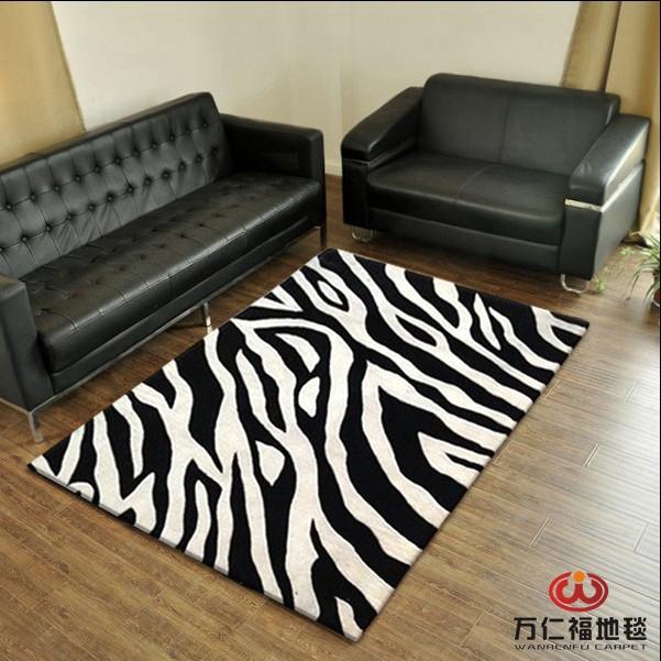 Un tapis de table de salon en noir et blanc z bre - Tapis de salon noir ...