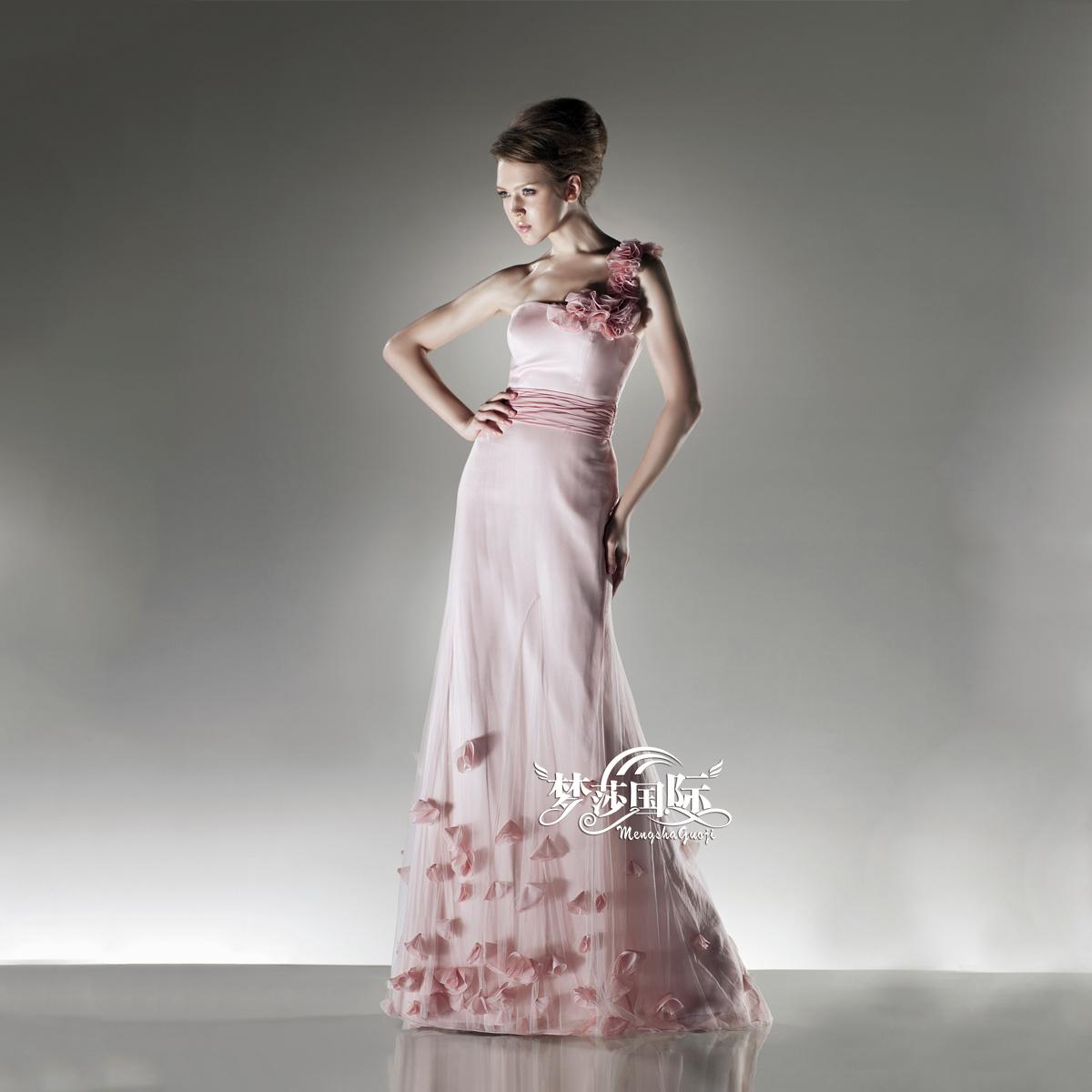 Вечерние платья 2017 году новых внешней торговли одно плечо невесты невесты тост платье ручной лепестки темперамент длинное платье на заказ