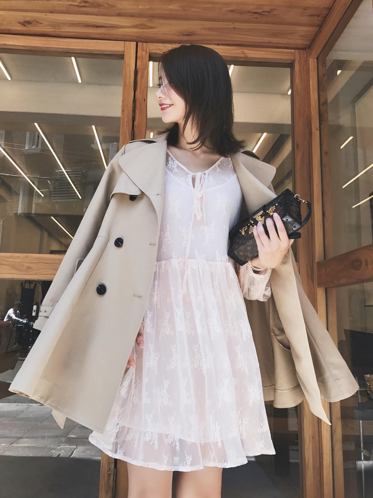帅气中带点知性小女人的风衣外套来啦~内搭温柔性感的蕾丝连衣裙~真的