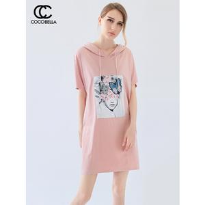COCOBELLA连衣裙女新款蝴蝶亮片刺绣印花粉色连帽卫衣裙DS989