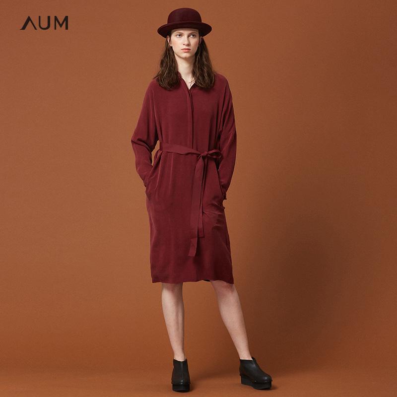 AUM噢姆玛丝菲尔2018冬季新款长袖连衣裙宽松系带圆领中长裙