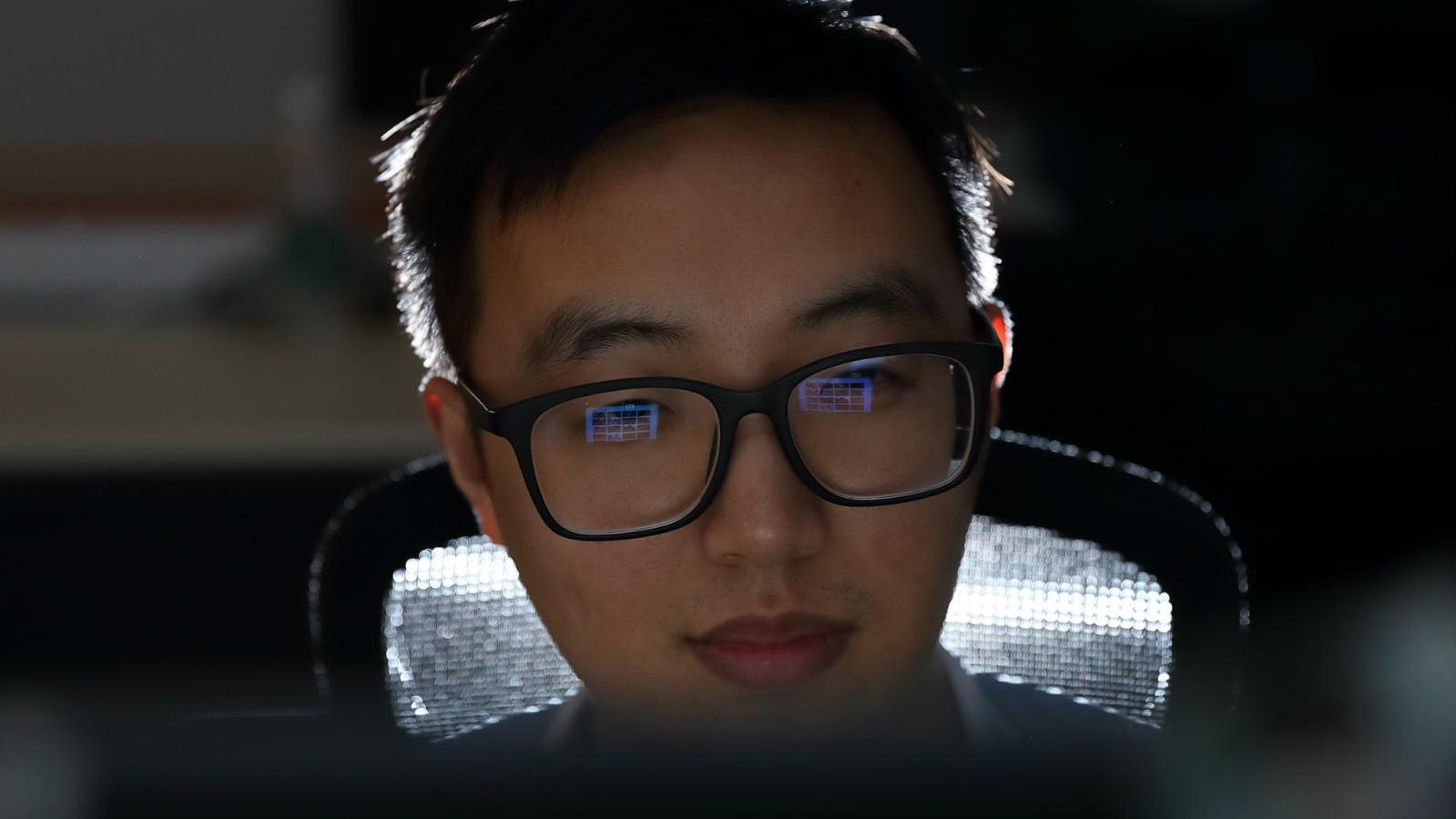 """高冷IT男标注图片训练机器识别""""接吻"""""""