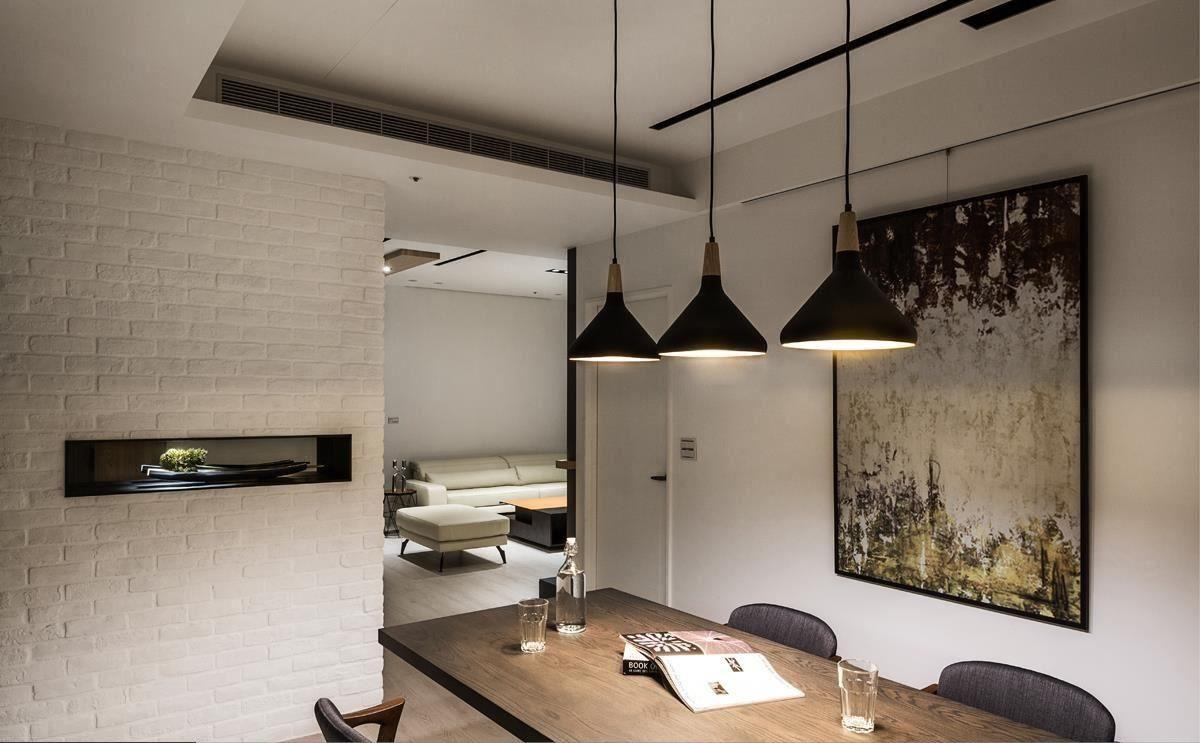 本案餐厅与厨房空间融合一体,在干净利落的北欧风格中,墙面以文化图片