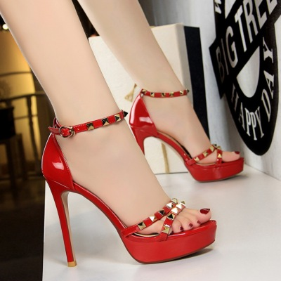 2492-9 European and American wind sexy club high heels high with waterproof paint metallic rivet one word with sandals