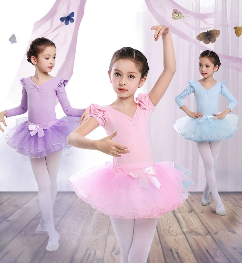 一位年轻的爸爸在舞蹈教室里给女儿换舞蹈服装时,被旁边一名小女孩的