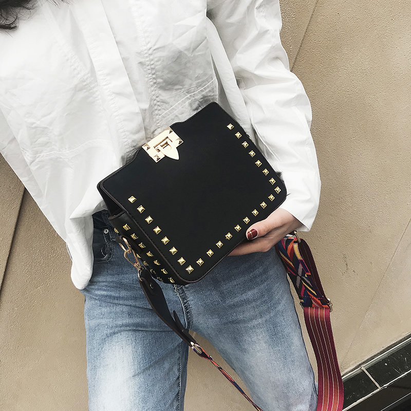 Bag female 2018 new tide Korean version of the fashion wild messenger bag female rivets small square bag wide shoulder strap shoulder bag