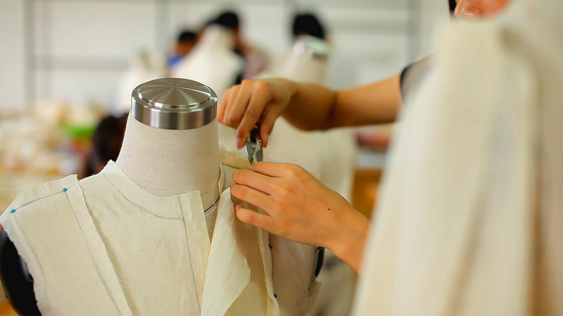 打版之后,裁缝师傅要在模特身上将各部分纸版拼合,确保打出来的版适合