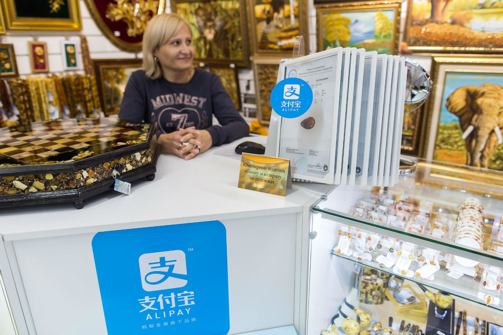 中国大妈到俄罗斯看球,用支付宝购地铁票