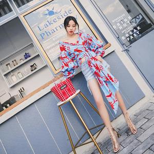 2018新款韩版时尚设计感泡泡袖V领绑带收腰复古印花度假上衣女