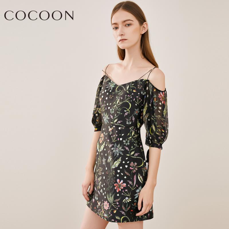 可可尼2018秋装新款女装优雅灯笼袖趣味印花吊带露肩桑蚕丝连衣裙