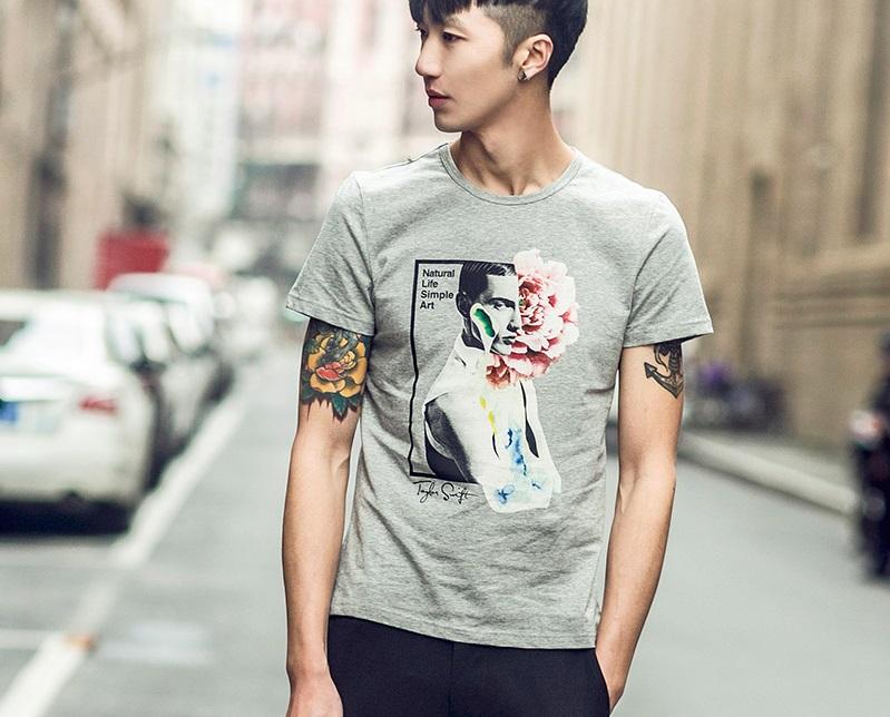 男生必备印花T恤,搭配牛仔裤酷酷的