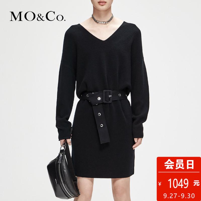 MOCO2018秋季新品V领毛衣金属穿孔腰带长袖连衣裙 摩安珂