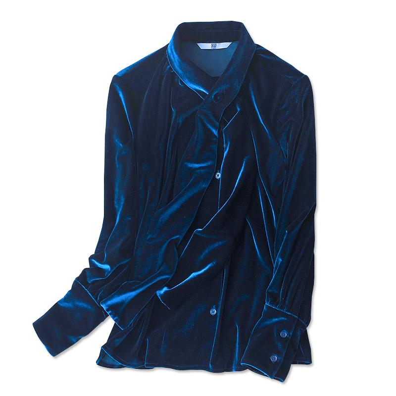 另外,衬衫本身的choker设计和荷叶边的设计也让衬衫时髦又萝莉感十足.