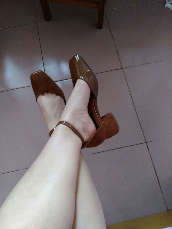 宝贝是我想象中想要的样子,质量不错,鞋头软软的,穿着舒服,本人脚有点肉,不然就太完美了~穿几天后再追评吧,请自动忽略我那白花花的象腿