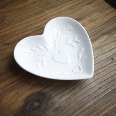 W1962 white ceramic embossed Christmas heart-shaped plate redemption activity three / full 100 yuan can be exchanged once