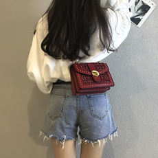 Autumn and winter small bag female 2018 new wave Korean version of the wild Messenger bag fashion chic chain retro mini handbag