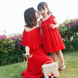森吉2019春夏新款一字领露肩亲子装连衣裙红色沙滩度假母女裙
