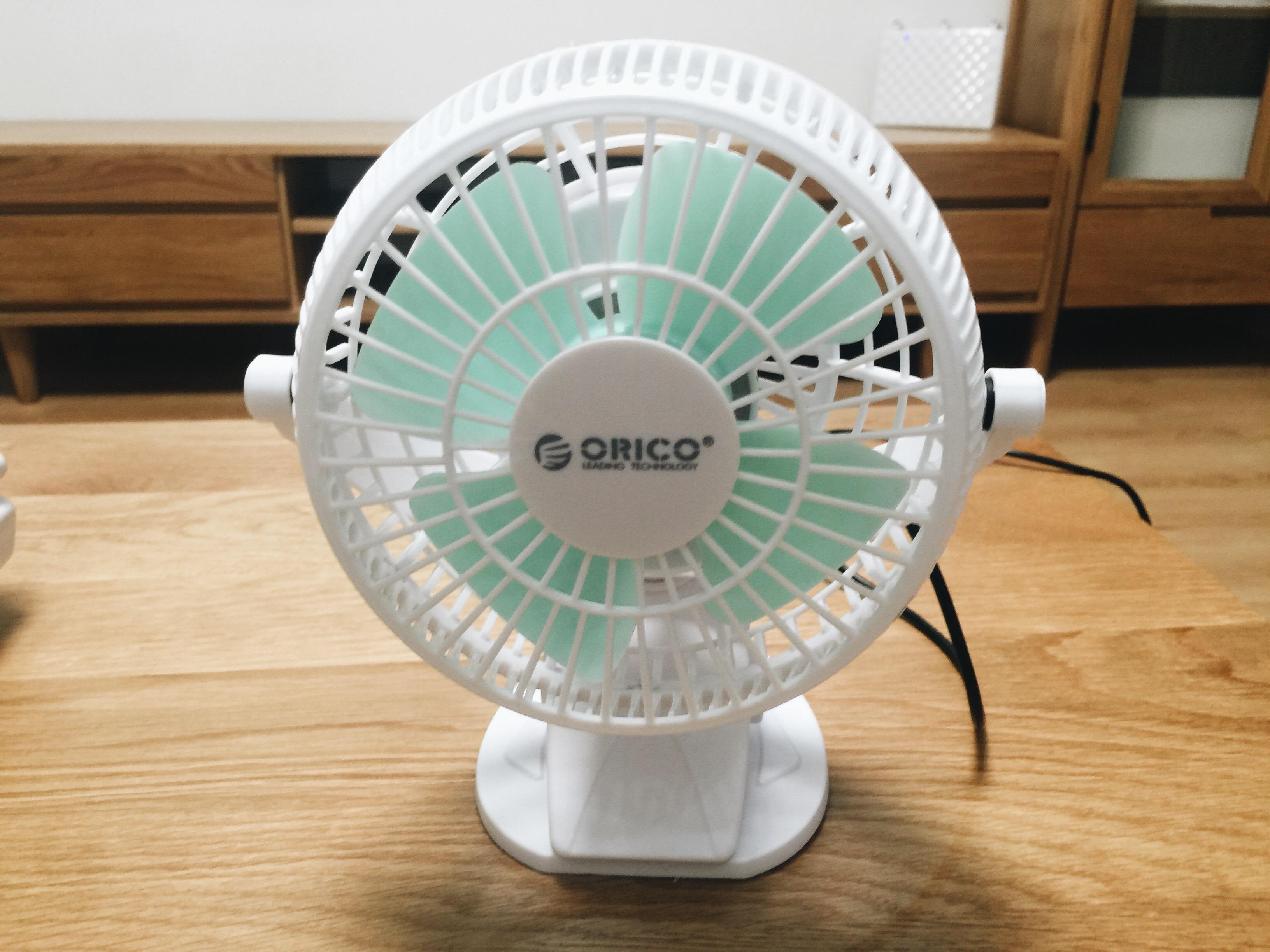 orico usb电风扇的设计很简单的,外框是白色塑料,扇叶是绿色的.图片
