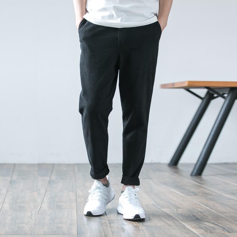 休闲裤搭配衬衫,增添了一份时尚随意感
