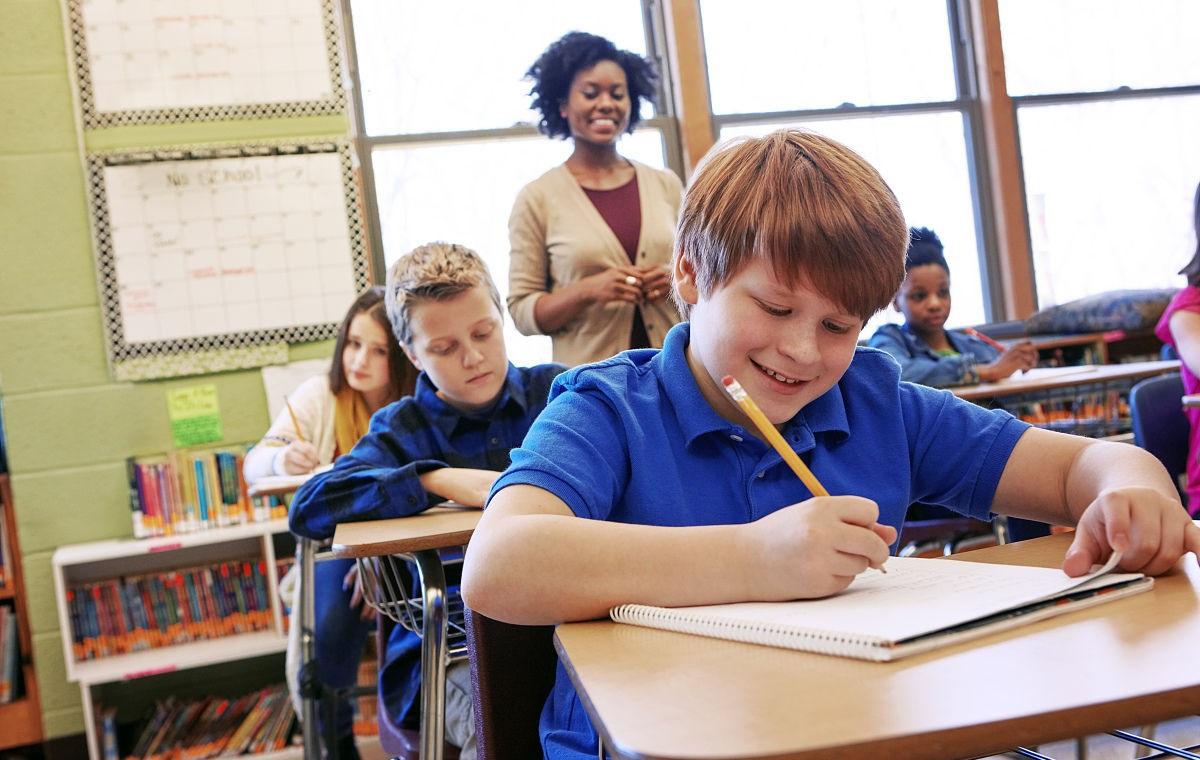 父母是老师,孩子是在家学还是去学校?