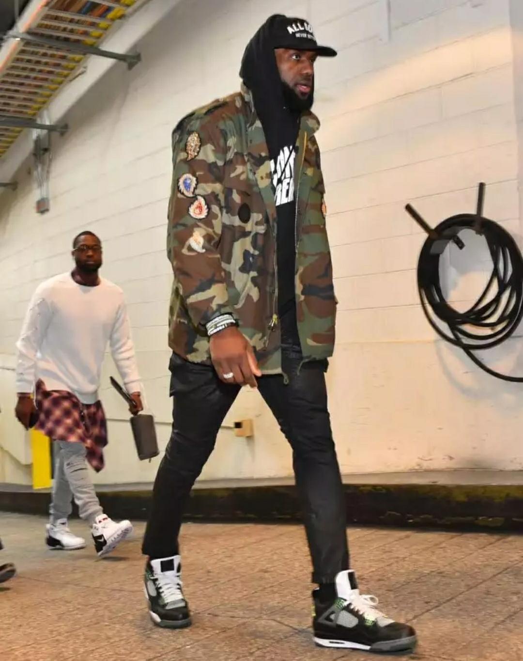 韦德场下穿Nike,还是由詹姆斯曝光!