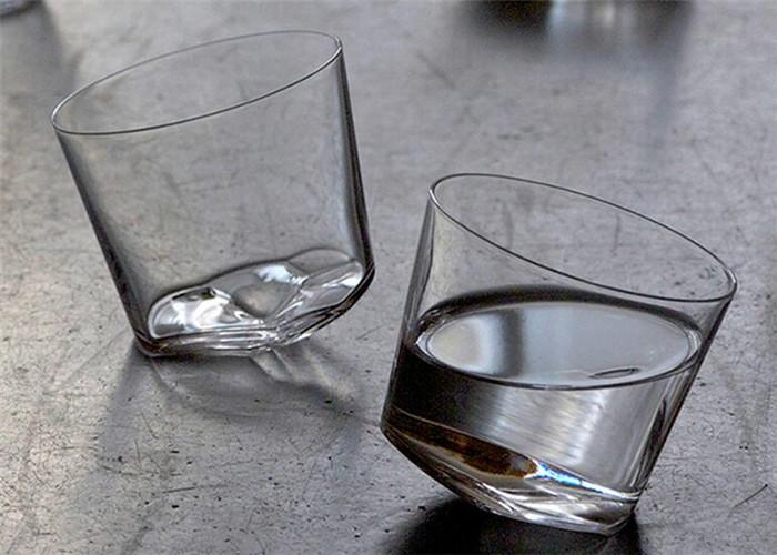 一款装腔酒杯——还没开喝就东倒西歪很迷人