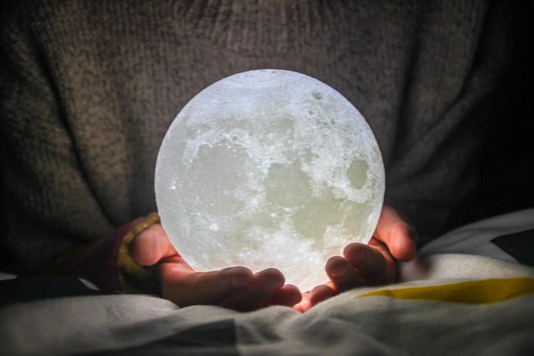 摘颗月亮送给你,捧在手心照亮你