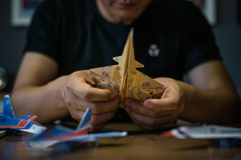 """帅大叔靠纸飞机成世界最大""""飞机制造商"""""""