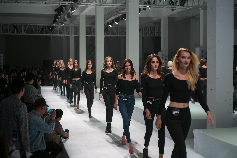 揭秘淘宝模特面试流程:穿全黑服装走秀