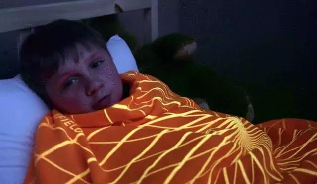 怕黑的娃们有救啦!发光毛毯让你安心入睡