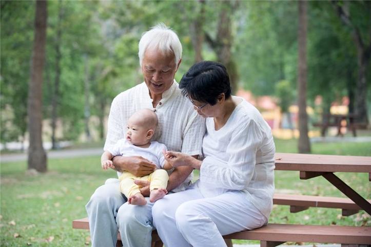 老人帮忙带孩子提出要钱,你能接受吗?
