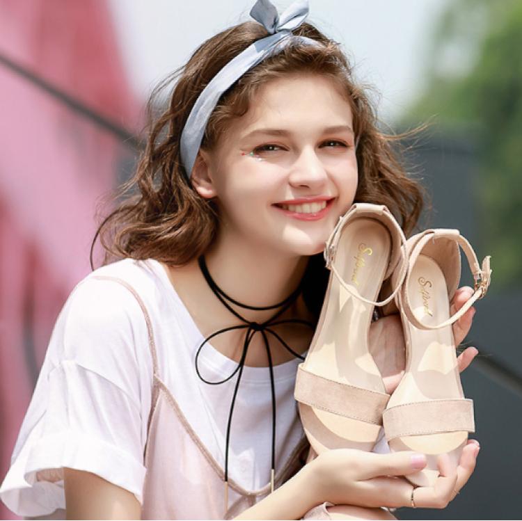 美丽的凉鞋又要在这个浪漫的夏天大行其道了