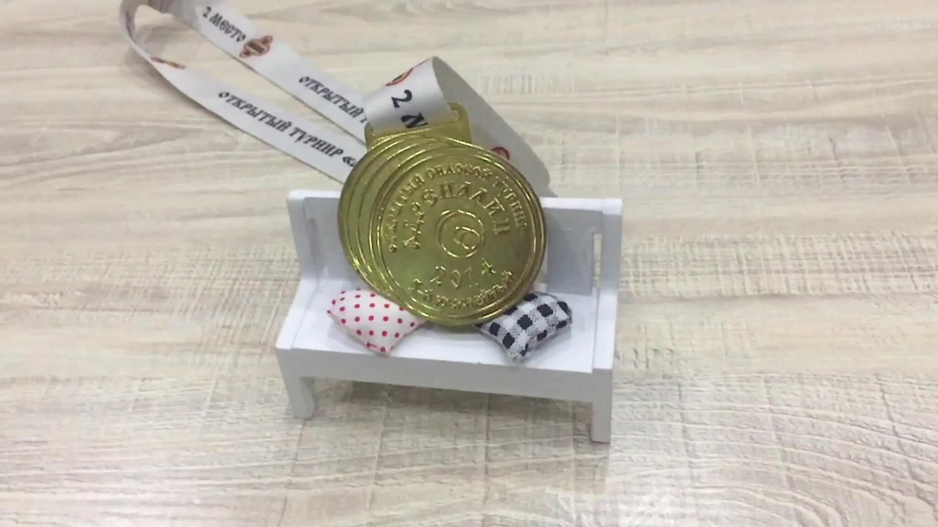 Özel yüksek kaliteli mat altın kaplama yumuşak emaye metal spor madalyası