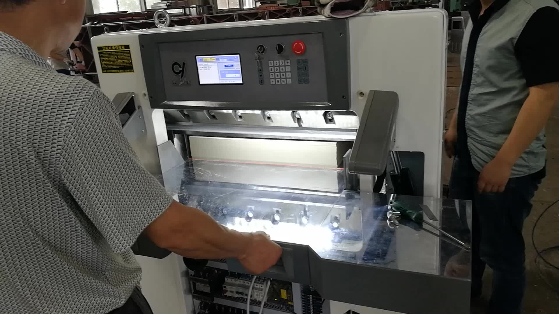 QZK670 Yüksek hassasiyetli Ofis otomatik elektrik kağıt kesici