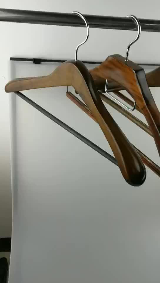 Beoordeeld Leverancier hang op bruin houten kleerhanger