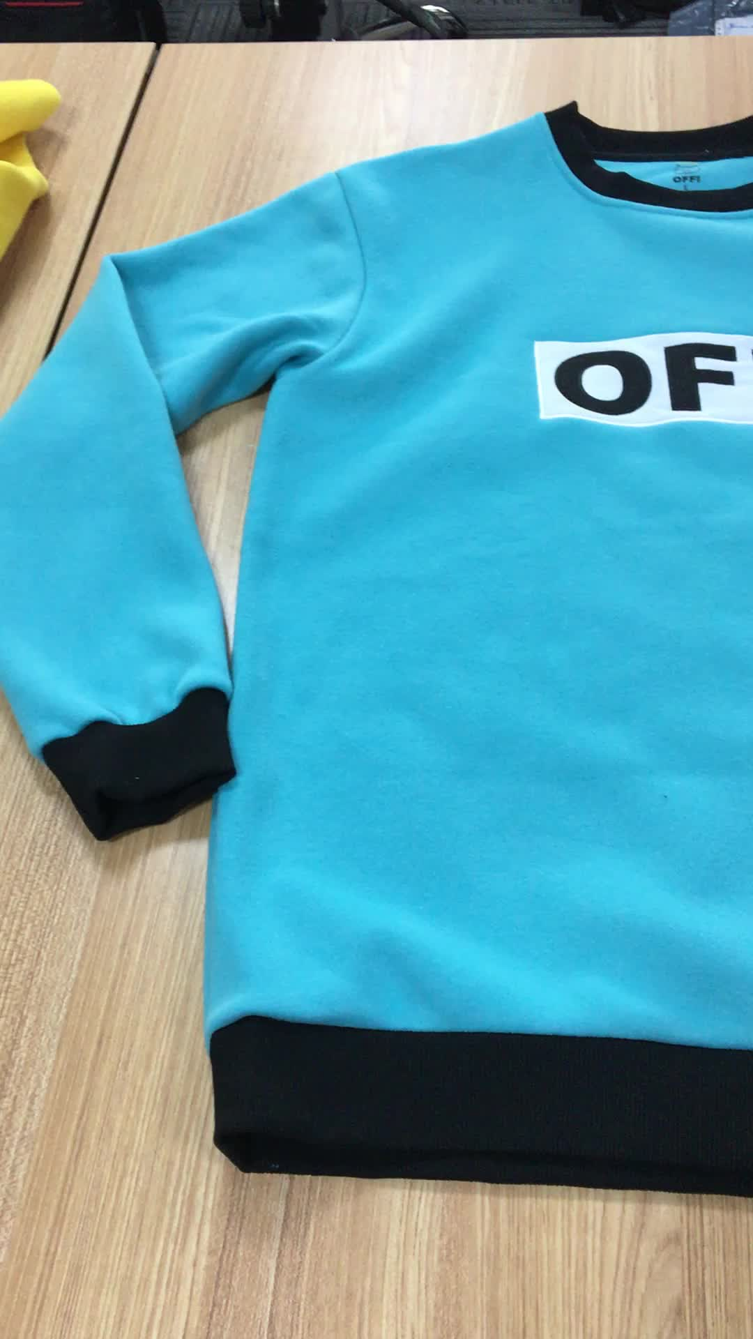 Kundenspezifische Baumwolle Hey Letter Embossed Embellishment Rundhals Langarm Sweatshirt für Männer