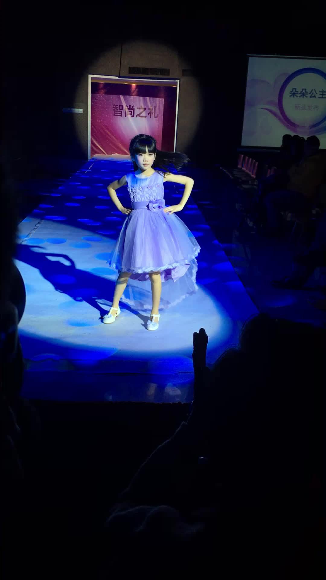 ミント花アップリケ子供服のため3年古い卸売価格サンプルバルク利用可能な子供服新しいパーティーdeisngs