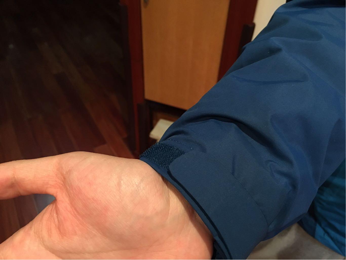 这是一组两件套防风防水的探路者冲锋衣 3