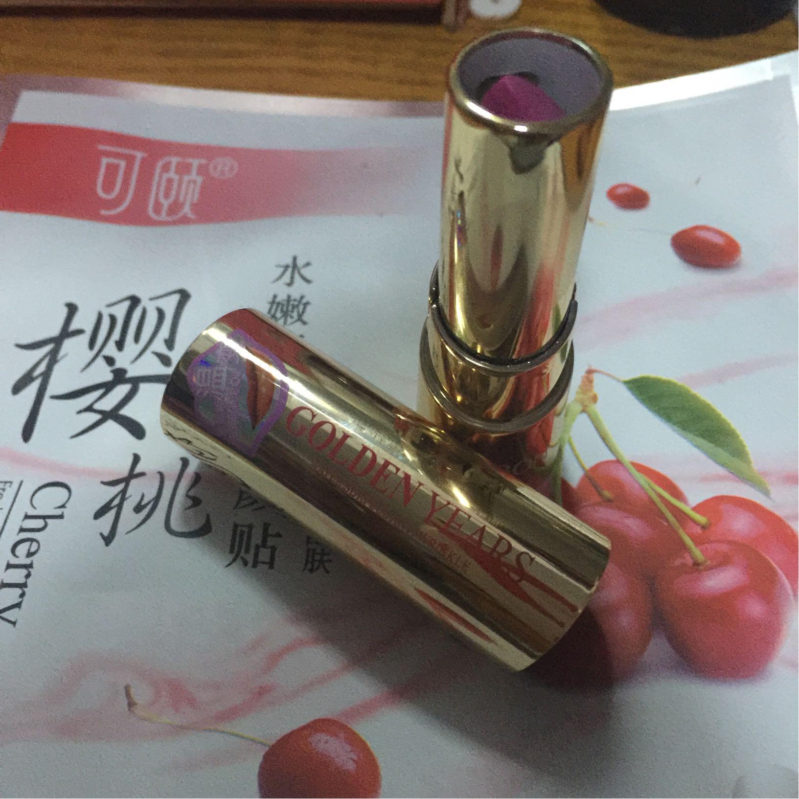 雅邦胡萝卜素唇膏03号颜色葡萄紫口红试色,适合皮肤白皙的妹子