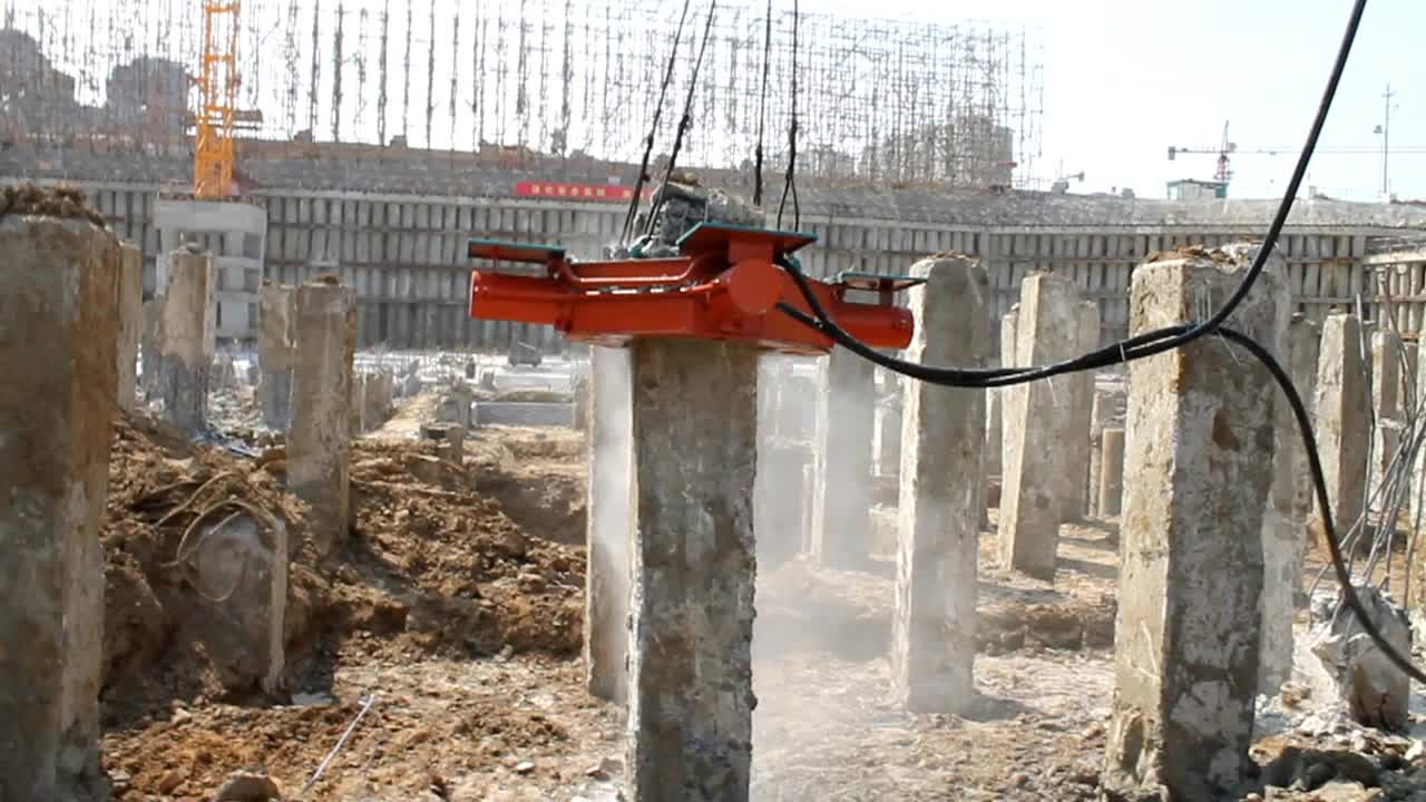 Concrete pile cutting machine for square foundation piles