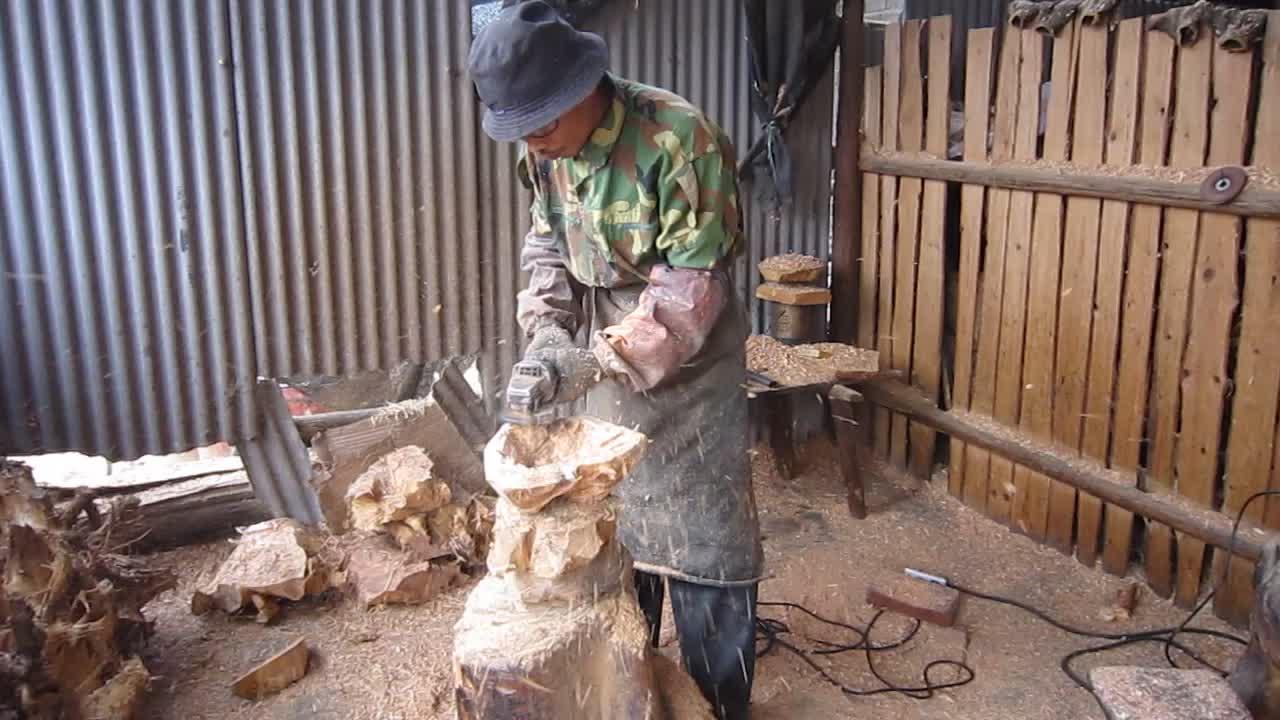 Natürliche scharfe Hand geschnitzte Wurzel, die hölzerne Schüssel-hölzerne Salatschüssel schnitzt