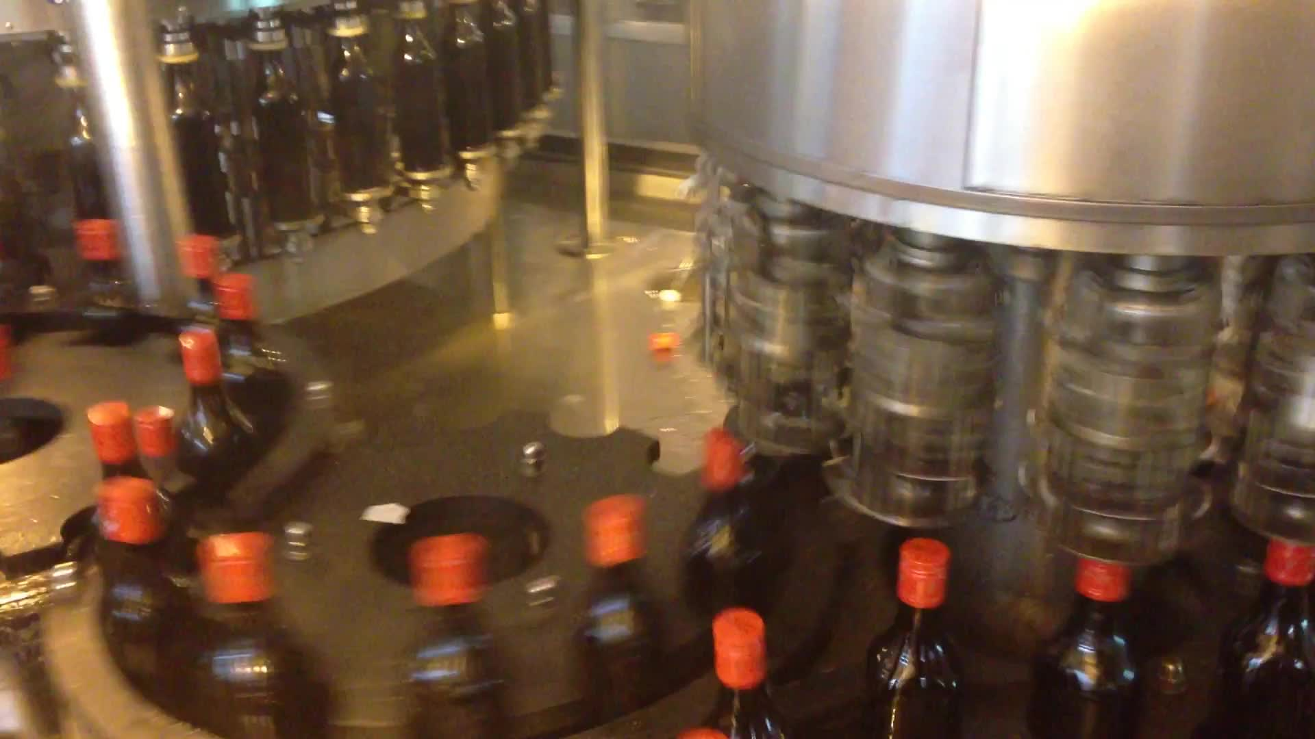 भावना कांच की बोतल के लिए शराब भरने की मशीन कार्बोनेटेड पेय बॉटलिंग मशीन लाइन के साथ वोदका व्हिस्की जिन सील
