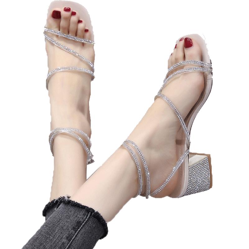 为什么穿高跟鞋老是往前冲:穿鱼嘴鞋脚往前滑