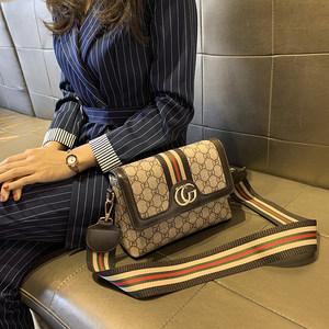 香港正品新款包包女包2020时尚潮斜挎包印花百搭单肩包宽肩带小包