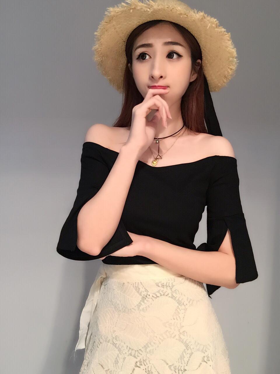 夏の新型女性韓国版ファッションの純色の1つの襟の修理ラッパの開叉袖のTシャツの女性のセクシーな肩の上着